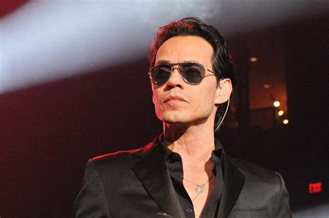 Marc Anthony returns to stage after mother's death